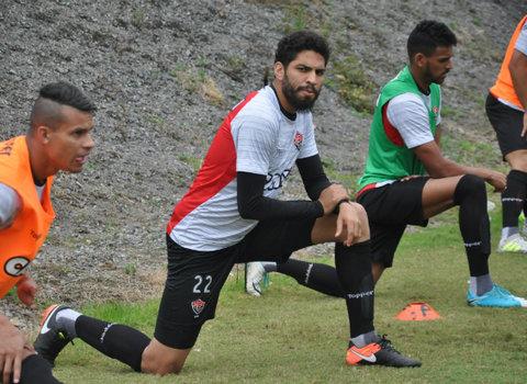Wallace destaca melhora da defesa: 'time agora defende com 11' (Foto: Mauricia da Matta / EC Vitória)
